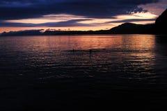 Ηλιοβασίλεμα στη Νορβηγία, κοντά στο Μπέργκεν, Ευρώπη Θάλασσα με τον ήλιο και τα βουνά στοκ εικόνες