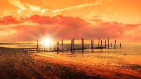 Ηλιοβασίλεμα στη χρυσή ώρα δίπλα στο Μαϊάμι Playa, σε Montroig Tarragona τοπίο παραλιών Στοκ Φωτογραφίες