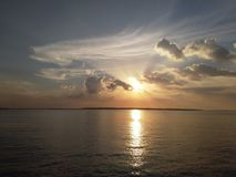 Ηλιοβασίλεμα στη sembilangan ανατολική Ιάβα madura στοκ φωτογραφία