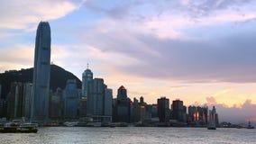 Ηλιοβασίλεμα στον κόλπο Kowloon με το πορθμείο στο λιμάνι Χονγκ Κονγκ, υπόβαθρο εικονικής παράστασης πόλης απόθεμα βίντεο