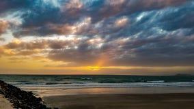 Ηλιοβασίλεμα στον ορίζοντα στην αμμώδη παραλία, Puerto Penasco, Μεξικό Στοκ Εικόνα