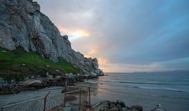 Ηλιοβασίλεμα στον παλιρροιακό κολπίσκο βράχου Morro στην κεντρική ακτή Καλιφόρνιας στον κόλπο Καλιφόρνια ΗΠΑ Morro στοκ φωτογραφία με δικαίωμα ελεύθερης χρήσης