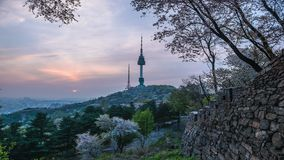 Ηλιοβασίλεμα στον πύργο Namsan στη Σεούλ, Νότια Κορέα απόθεμα βίντεο
