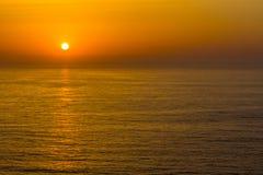 Ηλιοβασίλεμα στον ωκεανό σε Arrifana Στοκ Φωτογραφία