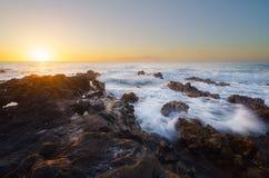 Ηλιοβασίλεμα στους ηφαιστειακούς βράχους σε Άγιος-LEU, Νήσος Ρεϊνιόν Στοκ φωτογραφία με δικαίωμα ελεύθερης χρήσης