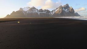 Ηλιοβασίλεμα στο βουνό Vestrahorn και την παραλία Stokksnes o απόθεμα βίντεο