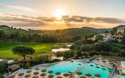 Ηλιοβασίλεμα στο γήπεδο του γκολφ και τη λίμνη στοκ φωτογραφία με δικαίωμα ελεύθερης χρήσης