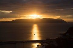 Ηλιοβασίλεμα στο ελληνικό νησί Skiathos στο Αιγαίο πέλαγος Στοκ φωτογραφία με δικαίωμα ελεύθερης χρήσης