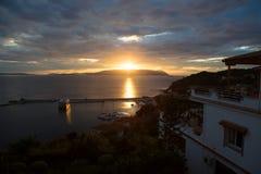 Ηλιοβασίλεμα στο ελληνικό νησί Skiathos στο Αιγαίο πέλαγος Στοκ Εικόνες