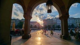 Ηλιοβασίλεμα στο κέντρο πόλεων της Κρακοβίας, Πολωνία απόθεμα βίντεο