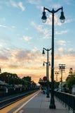 Ηλιοβασίλεμα στο στο κέντρο της πόλης σταθμό τρένου στοκ εικόνα