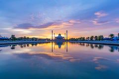 Ηλιοβασίλεμα στο κεντρικό μουσουλμανικό τέμενος Songkhla στοκ εικόνες