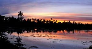 Ηλιοβασίλεμα στο νότιο νησί ημισφαιρίου της ατόλλης Addu, στοκ εικόνα