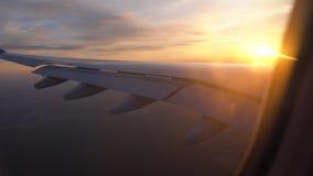 Ηλιοβασίλεμα στο παράθυρο του αεροπλάνου όμορφη άποψη του φτερού αεροσκαφών μεταφορά και ταξίδι επιβατών φιλμ μικρού μήκους