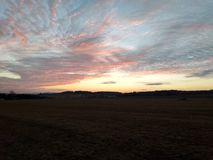 Ηλιοβασίλεμα στο σκοτεινό λιβάδι στοκ εικόνες με δικαίωμα ελεύθερης χρήσης