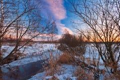 Ηλιοβασίλεμα στο χειμερινό πεδίο Στοκ Φωτογραφίες