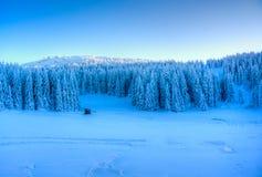 Ηλιοβασίλεμα στο χιονώδες βουνό Στοκ εικόνα με δικαίωμα ελεύθερης χρήσης