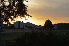 ηλιοβασίλεμα στο χωριό στη Γερμανία με τους κενούς σιδηροδρόμους στο υπόβαθρο ουρανού ηλιοβασιλέματος στοκ εικόνα