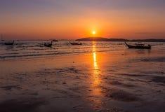 Ηλιοβασίλεμα στο AO Nang, Krabi, Ταϊλάνδη με την παραδοσιακή ταϊλανδική βάρκα Στοκ εικόνες με δικαίωμα ελεύθερης χρήσης