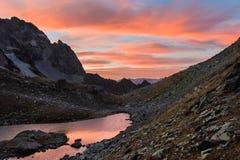 Ηλιοβασίλεμα στο arkhyz στο βόρειο Καύκασο πέρα από τη λίμνη τοπ Zapyataya Στοκ φωτογραφία με δικαίωμα ελεύθερης χρήσης