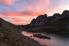 Ηλιοβασίλεμα στο arkhyz στο βόρειο Καύκασο πέρα από τη λίμνη τοπ Zapyataya Στοκ Εικόνες