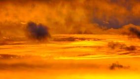 Ηλιοβασίλεμα, σύννεφα στον ουρανό βραδιού φιλμ μικρού μήκους