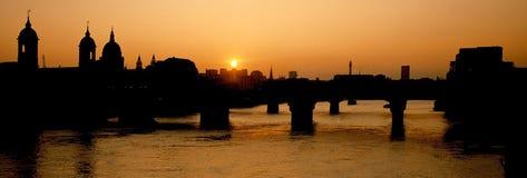 ηλιοβασίλεμα Τάμεσης ποταμών Στοκ εικόνα με δικαίωμα ελεύθερης χρήσης