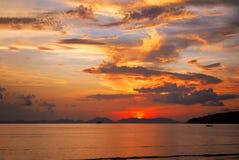 ηλιοβασίλεμα Ταϊλάνδη νησιών παραλιών phuket τροπική AO-Nang Krabi Στοκ Εικόνα