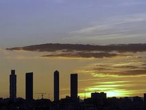 Ηλιοβασίλεμα της Νίκαιας στη Μαδρίτη με τους τέσσερις πύργους σύνθετους στοκ εικόνες με δικαίωμα ελεύθερης χρήσης
