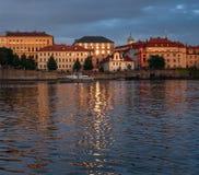 ηλιοβασίλεμα της Πράγας Άποψη από τον ποταμό στοκ φωτογραφία