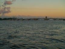Ηλιοβασίλεμα του δυτικού Palm Beach πέρα από το υπερυψωμένο μονοπάτι Στοκ φωτογραφίες με δικαίωμα ελεύθερης χρήσης
