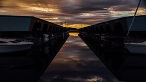 Ηλιοβασίλεμα του ελαφριού Ray στον ήχο Puget με Sailboats απόθεμα βίντεο