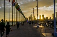 Ηλιοβασίλεμα φάρων φραγμάτων εραστών Qingdao στοκ εικόνα