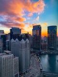 Ηλιοβασίλεμα φθινοπώρου πέρα από τον ποταμό του Σικάγου στο στο κέντρο της πόλης βρόχο στοκ φωτογραφία