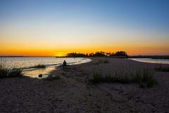 Ηλιοβασίλεμα φραγμάτων άμμου σε εκβολή ποταμού Στοκ Εικόνες