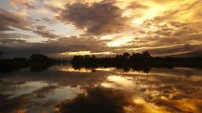 Ηλιοβασίλεμα χρονικού σφάλματος και μετακίνηση σύννεφων στη λίμνη απόθεμα βίντεο