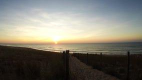Ηλιοβασίλεμα χρόνος-σφάλματος στην παραλία πέρα από τον Ατλαντικό Ωκεανό σημείο της Γαλλίας φιλμ μικρού μήκους