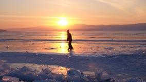 Ηλιοβασίλεμα baikal στη λίμνη, Ρωσία στοκ εικόνες