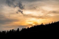 Ηλιοβασίλεμα behid ο λόφος στοκ εικόνες