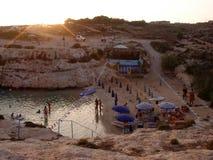 Ηλιοβασίλεμα Cala Francese στην παραλία στοκ εικόνες