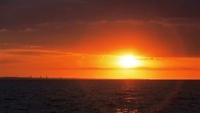 Ηλιοβασίλεμα Dawn στο ωκεάνιο πορτοκάλι θάλασσας οριζόντων απόθεμα βίντεο