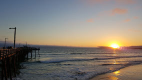 Ηλιοβασίλεμα Pismo Beach με την αποβάθρα στοκ φωτογραφία