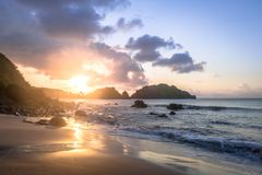 Ηλιοβασίλεμα Praia do Cachorro Beach - το Fernando de Noronha, Pernambuco, Βραζιλία στοκ φωτογραφία με δικαίωμα ελεύθερης χρήσης
