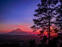 Ηλιοβασίλεμα Sinabung η ημέρα Στοκ Φωτογραφίες