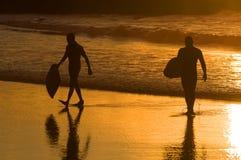 ηλιοβασίλεμα surfer δύο σκια Στοκ φωτογραφία με δικαίωμα ελεύθερης χρήσης