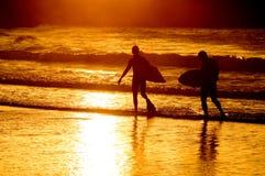 ηλιοβασίλεμα surfer δύο σκια Στοκ Εικόνες