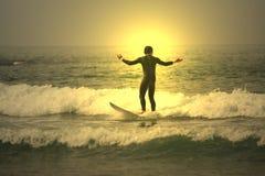 ηλιοβασίλεμα surfer Στοκ φωτογραφία με δικαίωμα ελεύθερης χρήσης