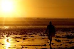 ηλιοβασίλεμα surfer Στοκ εικόνα με δικαίωμα ελεύθερης χρήσης