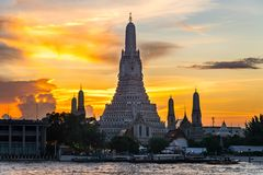 Ηλιοβασίλεμα Wat Arun & x28 Ναός Dawn& x29  είναι ορόσημο Attractions& x27 s Po Στοκ εικόνα με δικαίωμα ελεύθερης χρήσης