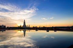 Ηλιοβασίλεμα Wat Arun & x28 Ναός Dawn& x29  και αντανακλάσεις Wat Arun Pag Στοκ φωτογραφία με δικαίωμα ελεύθερης χρήσης
